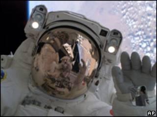 Astronautas en una misión en el espacio