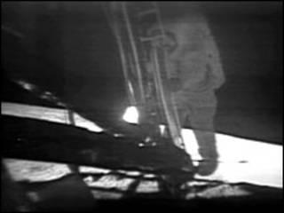 Нейл Армстронг ступает на поверхность Луны