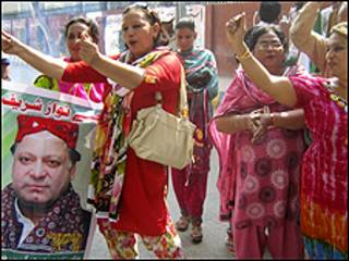 احتفالات بتبرئة شريف، وهو من اكثر السياسيين شعبية في باكستان