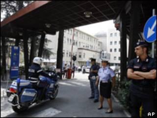 Policiais vigiam hospital onde está o papa
