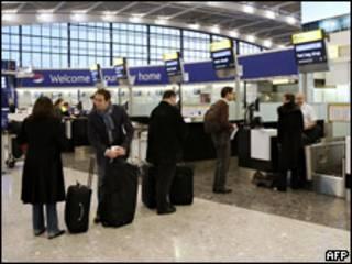 Passageiros fazem fila em aeroporto (arquivo)