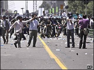 عملیات پلیس ضد شورش و لباس شخصی ها علیه معترضان در نماز جمعه 26 تیر