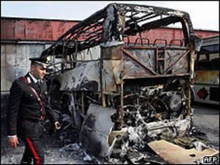 Autobús quemado en el sur de Italia (foto de archivo)