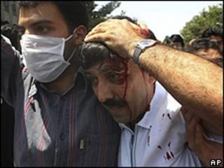Imagen tomada por un fotógrafo externo a la agencia AP de las protestas acontecidas en Teherán el 17 de julio de 2009.