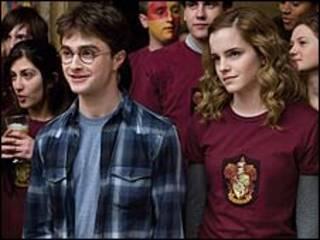 Daniel Radcliffe và Emma Watson trong Harry Potter và Hoàng Tử Lai