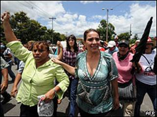 Xiomara Castro com seguidores de Zelaya. Foto AFP