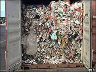 Contenedores de basura en puerto brasileño