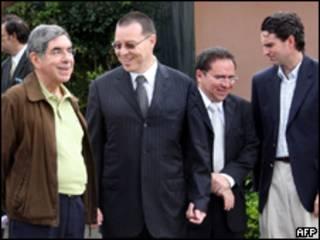 O presidente da Costa Rica, Oscar Arias (esq.) se econtra com representantes do presidente deposto de Honduras, Manuel Zelaya, neste sábado (AFP)