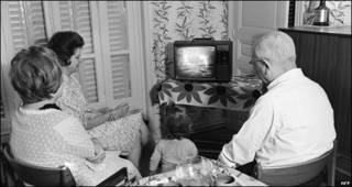 Familia mira por TV el alunizaje del Apolo 11
