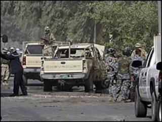 دورية عراقية في موقع انفجار