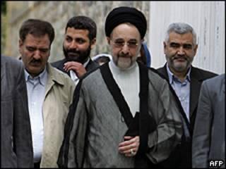 El ex presidente Mohammad Jatamí camino al centro de votación el pasado 12 de junio / Foto de archivo