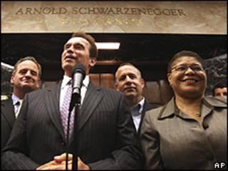 Schwarzennegger, gobernador de California, anuncia el plan que pone fin a la crisis presupuestaria