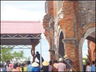 Giáo dân dựng lều trên nền nhà thờ cũ (ảnh của Viet Catholic)