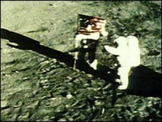رواد امريكيون وضعوا العلم الامريكي على القمر