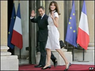 Nicolas Sarkozy y Carla Bruni a las puertas del Elíseo.
