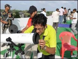 Dựng kính viễn vọng để xem nhật thực toàn phần