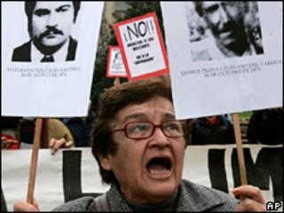 El plan de crear un Instituto de Derechos Humanos también ha suscitado protestas por temor a a que se perdonen crímenes cometidos durante el régimen militar de Augusto Pinochet.