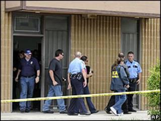 Efectivos de la policia de Los Angeles y de la DEA abandonan la clinica Armstrong en Houston
