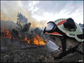 Un bombero trabaja en un incendio en España