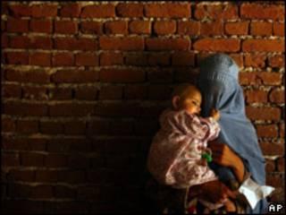 Afgana esperando para entrar a un hospital