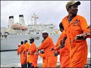 Trabajadores instalan el cable en el puerto keniano de Mombasa