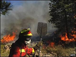 Un bombero intenta extinguir el fuego en Teruel, España