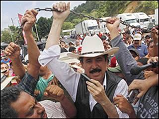 سبق وهددت الحكومة الانقلابية في هندوراس باعتقال سيلايا في حال حاول العودة