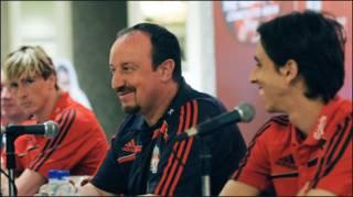 Bầu Benitez (giữa) tại cuộc họp báo ở Singapore (Getty)