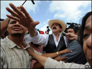 O presidente deposto de Honduras chega à fronteira entre seu país e a Nicarágua na tarde desta sexta-feira (AFP)
