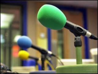 Micrófonos en estudio de radio