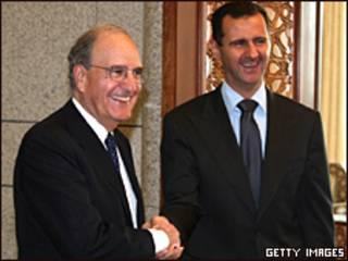 El enviado de EE.UU. George Mitchell y el presiente sirio Bashar al-Assad se dan la mano.