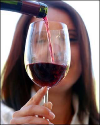 Mulher com taça de vinho