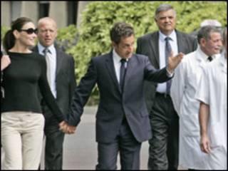 Carla Bruni e Nicolas Sarkozy deixam hospital