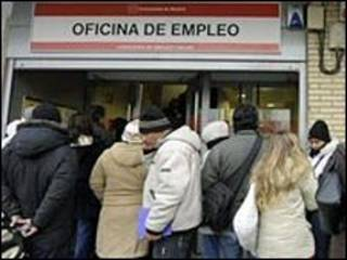 Очередь безработных на бирже труда