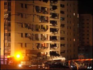 Bombeiros tentam apagar fogo com explosão