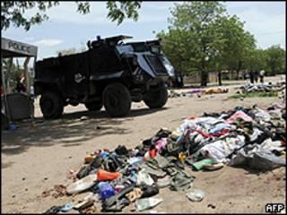 Ropas y cuerpos de los militantes tras los enfrentamientos.