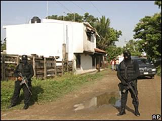 Guardia frente a la casa del comandante Romero