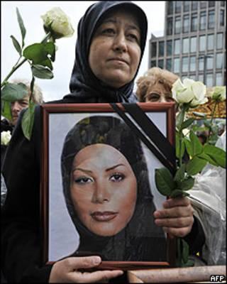 Manifestante con una imagen de Neda Agha-Soltan