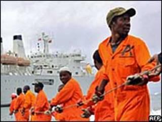 عمال يصلحون كابل انترنت بحري في ميناء مومباسا بكينيا