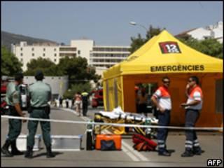 Funcionários dos serviços de emergência aguardam para atender feridos em Mallorca, Espanha (AFP)