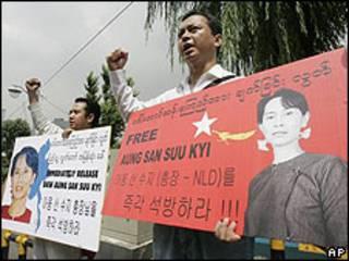 Protestas en Corea del Sur en favor de la liberación de la activista birmana Aung San Suu Kyi.