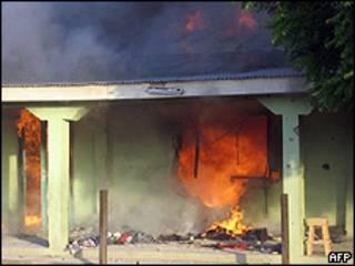Casa ardiendo en el norte de Nigeria