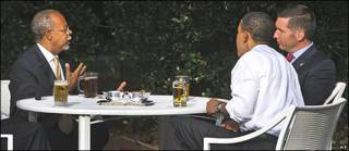 Louis Gates, Barack Obama y James Crowley compartiendo una ronda de cervezas