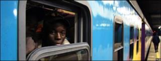 Inmigrante en un tren en Sudáfrica (foto archivo)