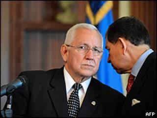 El presidente y el canciller del gobierno interino de Honduras, Roberto Micheletti y Carlos López