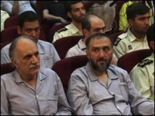 Mohammad Ali Abtahi (à dir.) em julgamento