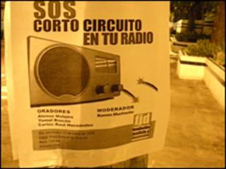 Cartel en Caracas que denuncia la intención del gobierno de eliminar radios