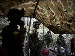 Soldados del ejército colombiano tras una operación contra las FARC.