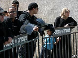 Mulher e filho após serem expulsos de sua casa em Jerusalém