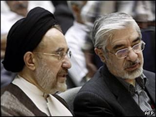 El líder opositor iraní Mir Hussein Mousavi con el ex presidente Mohamed Jatamí.